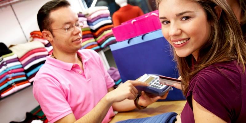 Frau zahlt mit Karte beim Einkauf