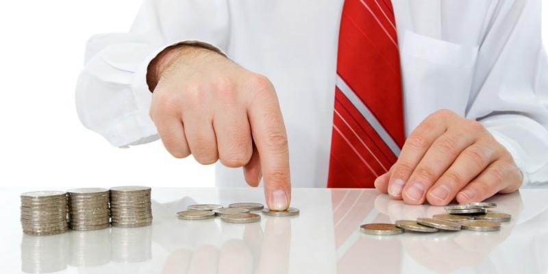 Geschäftsmann zählt Münzen